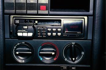 Radio a palla in macchina? È reato