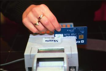 Scanner 'acchiappa-soldi' e carte di credito svuotate in metro: la foto è virale ma è una bufala