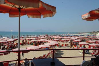Droga al posto dei braccialetti, pusher-ambulante arrestato sulla spiaggia di Ostia