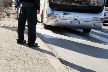 Roma, ubriachi aggrediscono autista Atac e sfondano cabina con estintore