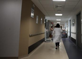 Orrore a Lecce, 17enne partorisce e nasconde feto nell'armadio