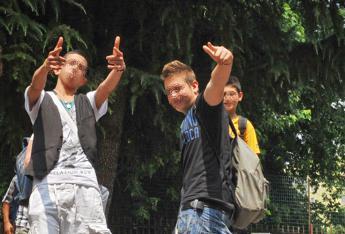 Minacciano con coltello e rapinano 16enne, fermata baby gang a Roma