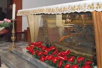 'San Valentino non si tocca', i fedeli bloccano traslazione delle reliquie del santo