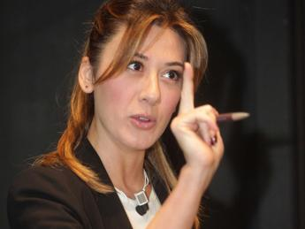 Virginia Raffaele imita Belén, la showgirl non ci sta