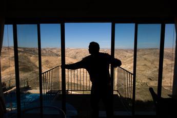 Camera con vista sugli insediamenti in Cisgiordania. Polemica su Airbnb