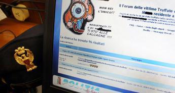 Sullo schermo di un terminale della Polizia postale si vede una mail del forum vittime truffate
