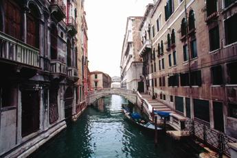 Amy e Nicole spose a Venezia, il sì di due americane in gondola
