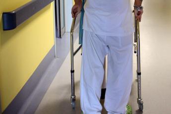 Capelli raccolti e niente 'odori' molesti, le regole per gli infermieri di Rovigo