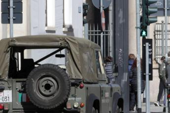 Roma, donna a partorisce in strada aiutata da pattuglia Esercito