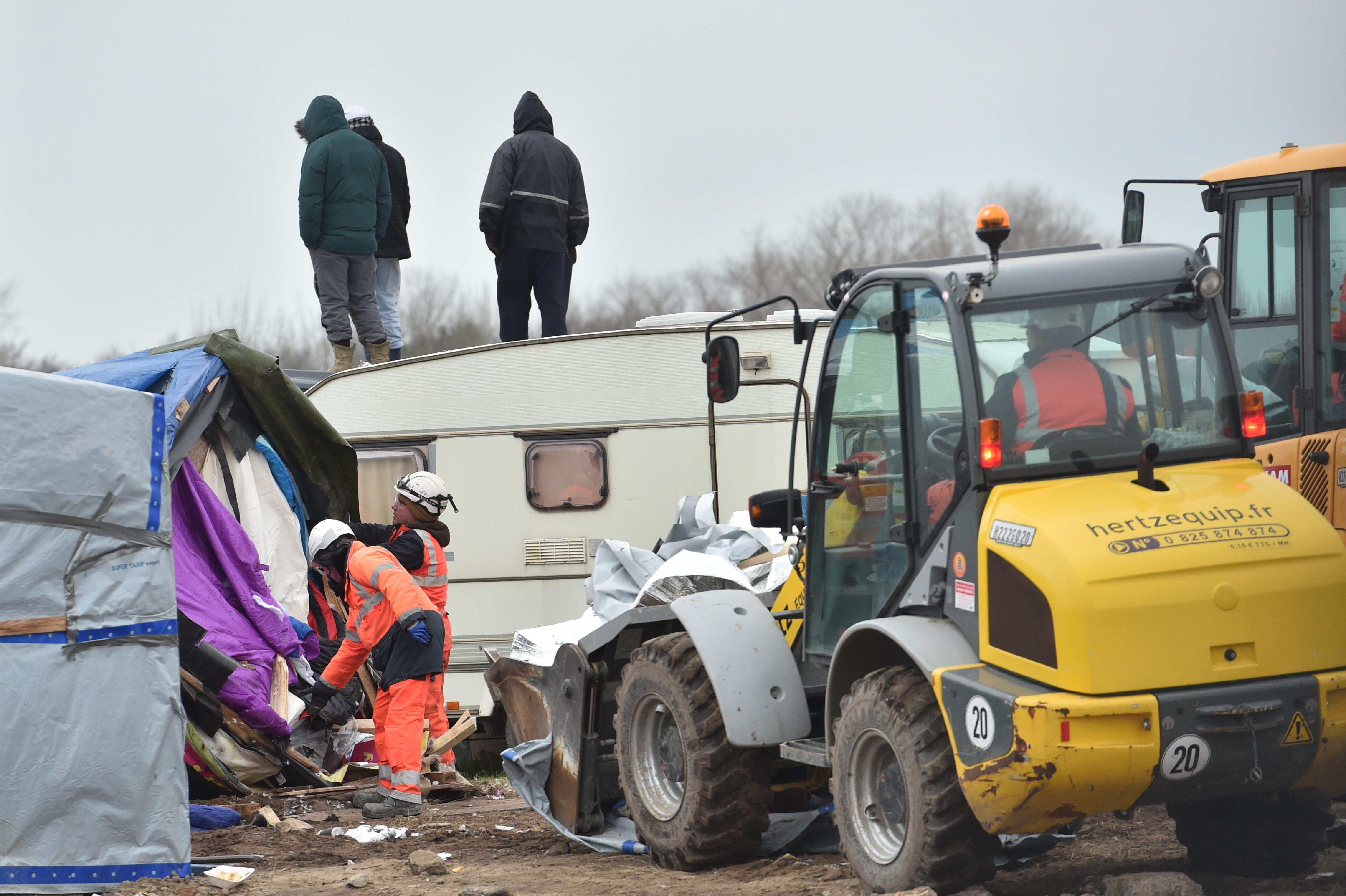 Francia, al via a Calais la costruzione del muro anti-migranti