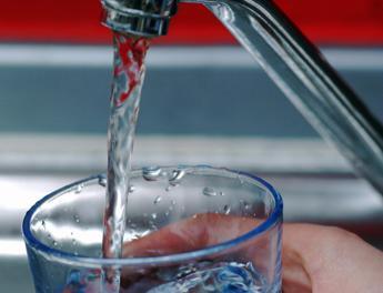 Bere acqua fa dimagrire: brucia calorie e attiva i muscoli