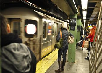 Record di batteri alla metro di New York, come stringere 10mila mani