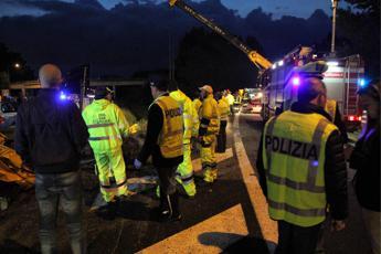 Scontro tra auto e camion sulla Salerno-Reggio Calabria, 4 morti. Traffico bloccato