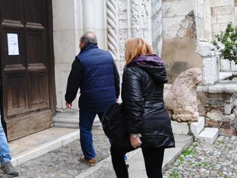 Solo la metà degli italiani si dice cattolico