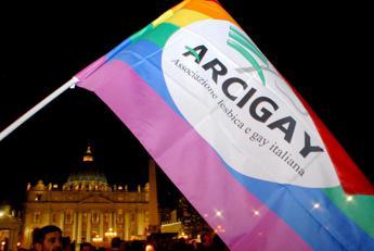 Arcigay Napoli: Don Patriciello condanni odio contro Lgbt, non noi
