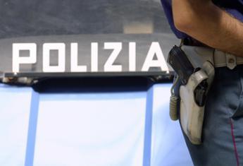 Vicenza, poliziotto ripreso mentre prende per il collo cubano