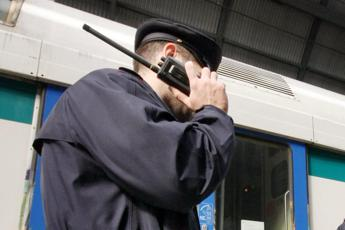 Poliziotti accerchiati da rom a Termini, uno spara in aria