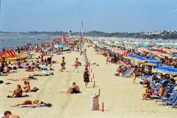 Ombrelloni Per La Spiaggia.Bibione Si Prepara All Estate Sulla Spiaggia Internet