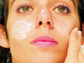 Boom di acne fra i ragazzi, dieta povera di zuccheri amica della pelle