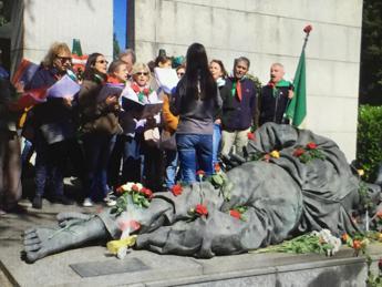 25 Aprile: al Cimitero Maggiore di Milano omaggio a partigiani, fiori rossi e 'Bella Ciao'