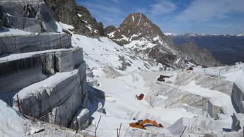 Il marmo che divora le Alpi, le Apuane e una cavazione incessante