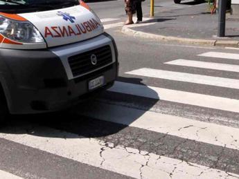 Ostia, travolto da un'auto: muore ciclista