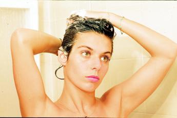 Fare la doccia tutti i giorni? Sbagliato, meglio 1 o 2 volte a settimana