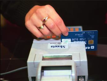 Carte di credito, denunce per costi aggiuntivi: indaga l'Antitrust