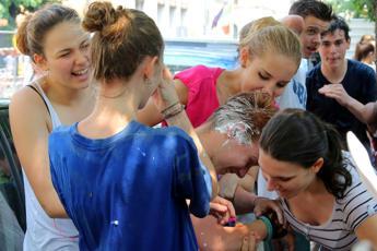 Chi è giovane ha più amici: il picco a 25 anni, poi sempre meno