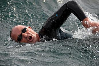 Cuba-Miami a nuoto con una gamba sola: la sfida (quasi) impossibile per aiutare la ricerca /Video