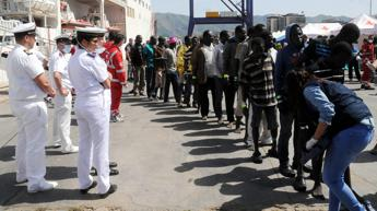 Al via i trasferimenti da Lampedusa, in 70 portati a Porto Empedocle