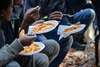 Migranti, la Cei: Servono i permessi umanitari Renzi: Ue insegue strada della paura