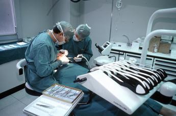 L'apparecchio ortodontico anche ai nonni, dopo i 65 anni può evitare la dentiera