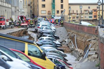 Huge sink-hole engulfs cars in Florence