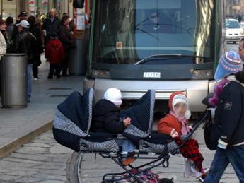 Col passeggino sui mezzi pubblici: un'odissea. I genitori: Fare le rampe e adeguare le fermate