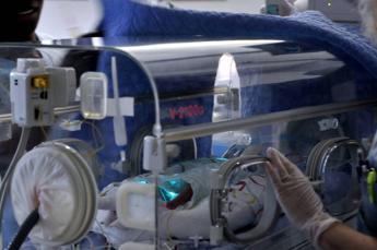 Bebè sopravvive a 25 attacchi di cuore in un giorno