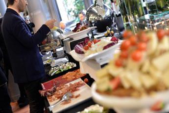 Liberi a tavola? Ecco i giganti del cibo che orientano i nostri gusti