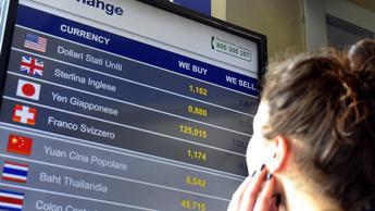 Borsa Milano chiude debole, si riprende Mps e crolla Pop Sondrio (-6,5%)