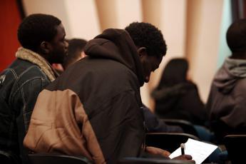 Migranti, mons. Perego (Cei): Allargare proposta Morcone al servizio civile