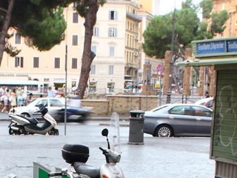 Roma, si spoglia e si lava nuda sotto 'nasone' di Largo Argentina
