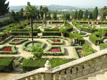 Turismo dal quirinale a villa gamberaia guida tci su 39 italia dei giardini 39 - I giardini del quirinale ...