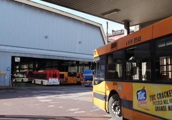 Aggredito autista di bus a Napoli: colpito con bicchiere di vetro, 30 punti in testa