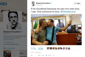 Strage di Orlando, l'iniziativa di Edward Snowden: Trova qualcuno da baciare