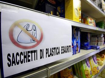 Con la legge è stato ridotto del 50% l'utilizzo dei sacchetti di plastica