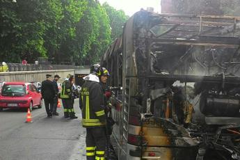 Roma, bus in fiamme, panico tra i passeggeri