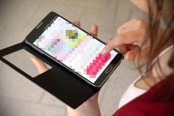 Sindrome da smartphone: 7 persone su 10 sempre col telefono in mano