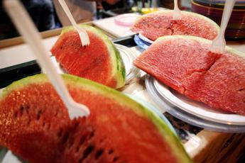 La frutta meglio del condizionatore contro il caldo, dal cocomero alle albicocche ecco la top 10