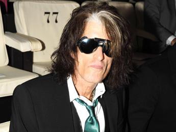 Paura per Joe Perry degli Aerosmith, si sente male durante concerto /Video
