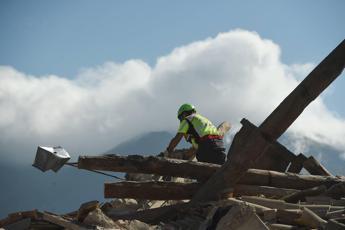 Impronte e test Dna, in campo pool per identificare vittime terremoto