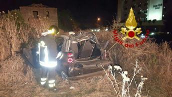 Incidente a Pomezia, Smart fuori strada: un morto e due feriti gravi